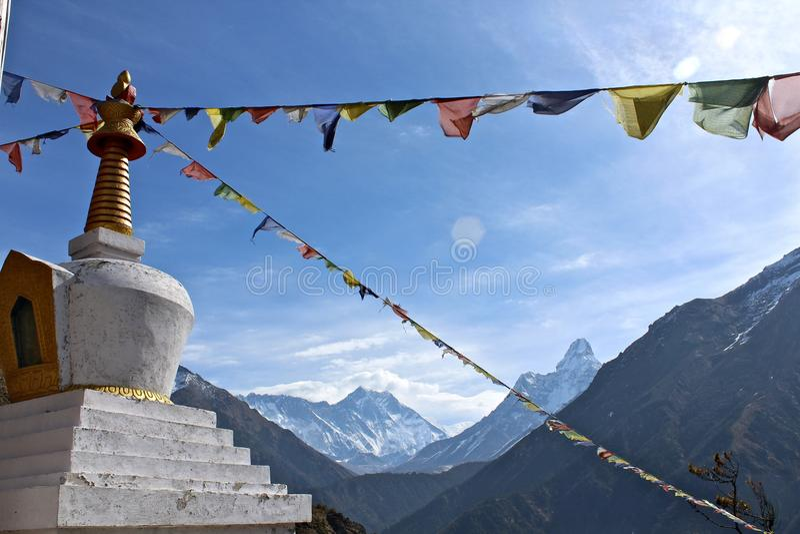 Drapeaux de prière au-dessus de l'Himalaya images libres de droits