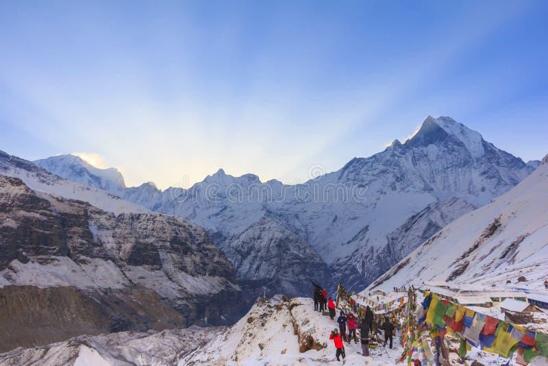 Drapeaux de prière et montagne de neige d'Annapurna de l'Himalaya, Népal images libres de droits