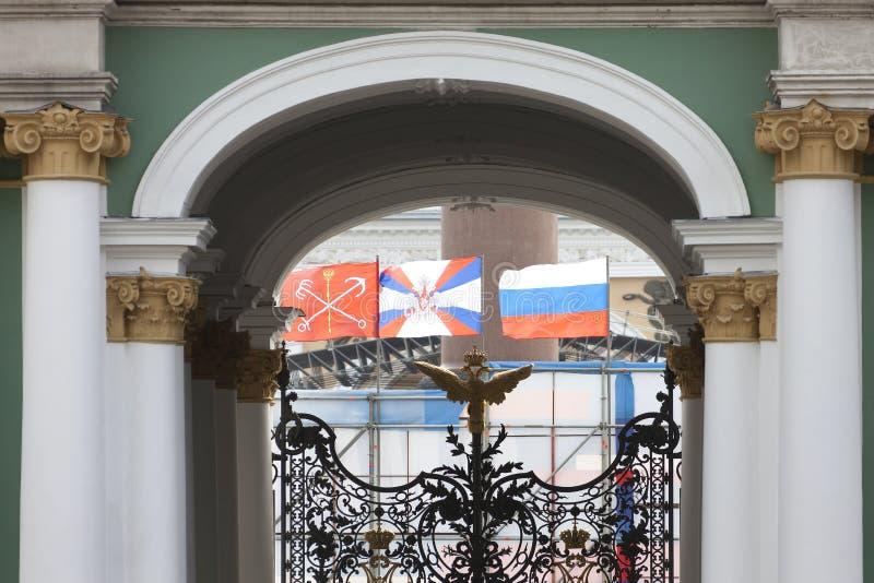Drapeaux de Russie de Saint-Pétersbourg dans l'arc de l'Ermitage photo libre de droits