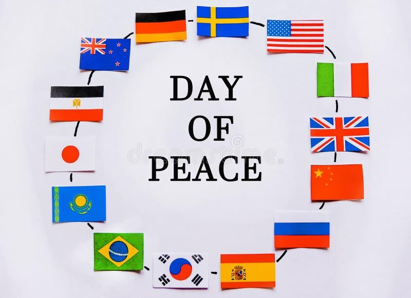 Drapeaux de toutes les nations du monde Groupement de divers drapeaux du monde sur le blanc Jour international de paix photographie stock libre de droits