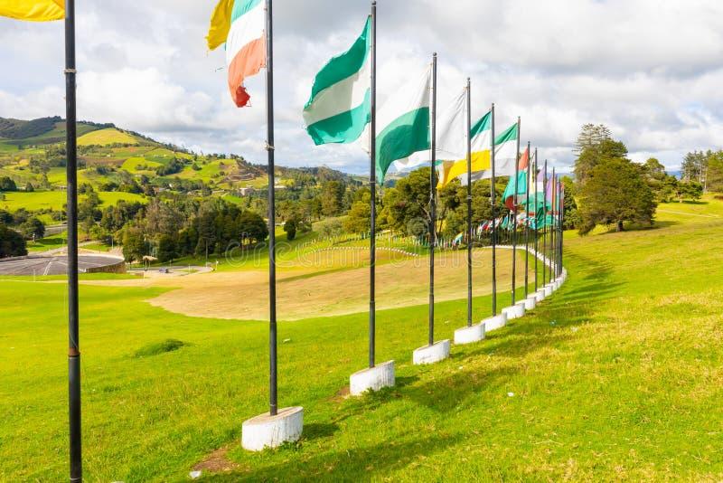 Drapeaux de Tunja Colombie sur le site du pont de Boyaca image libre de droits