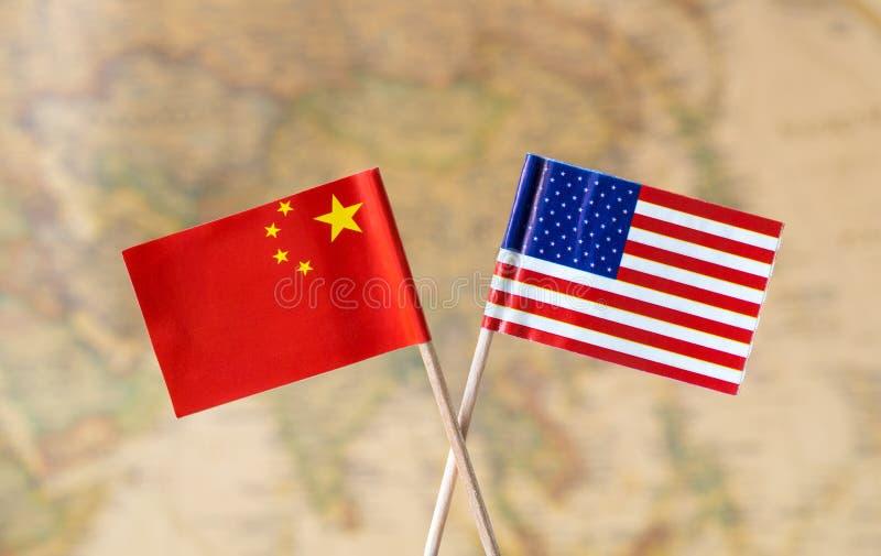 Drapeaux des Etats-Unis et de la Chine au-dessus de la carte du monde, image de concept de pays de chef politique photo stock