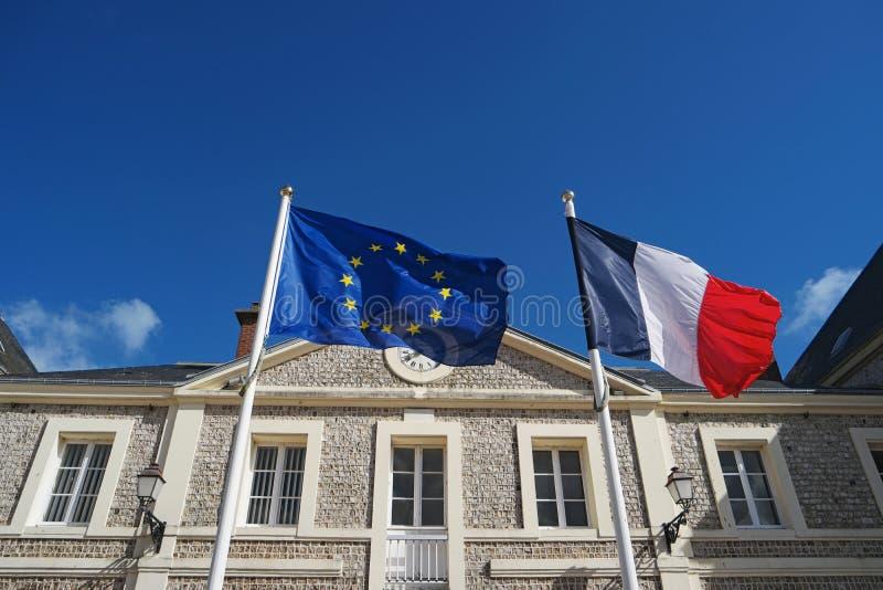 Drapeaux des Frances et de l'Union européenne ondulant en vent photos libres de droits