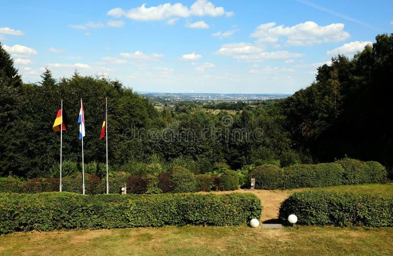 Drapeaux des Pays-Bas, de Belgique et d'Allemagne à la frontière de trois pays images libres de droits