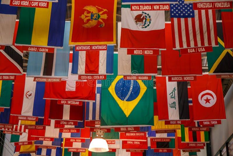 Drapeaux des pays sur le terra photo stock