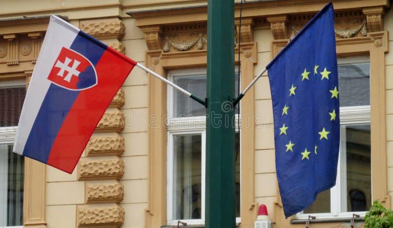Drapeaux des syndicats de la Slovaquie et de l'Euripean image stock