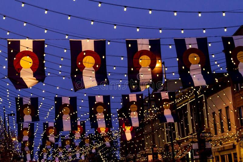 Drapeaux du Colorado sur la place Denver de Larimer photo stock