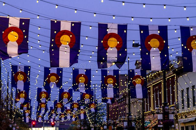 Drapeaux du Colorado sur la place Denver de Larimer photo libre de droits