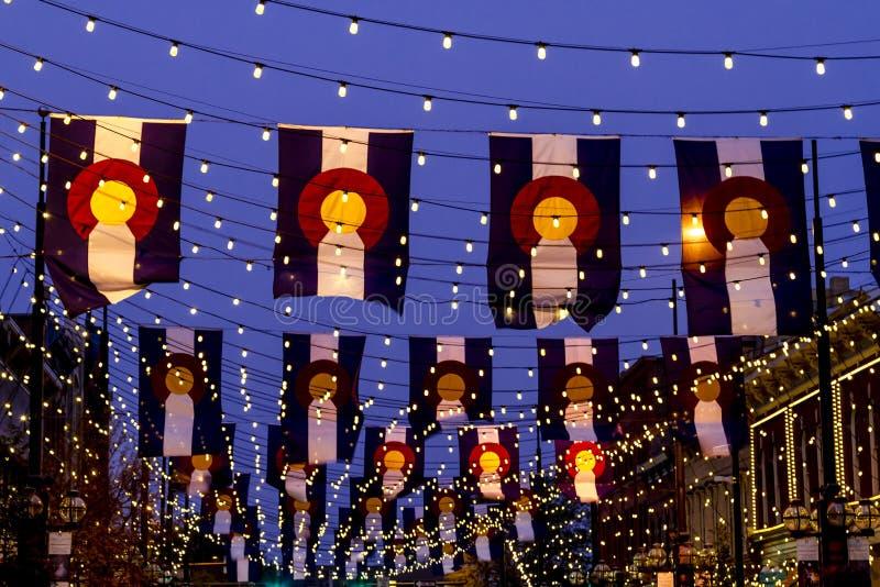 Drapeaux du Colorado sur la place Denver de Larimer image libre de droits