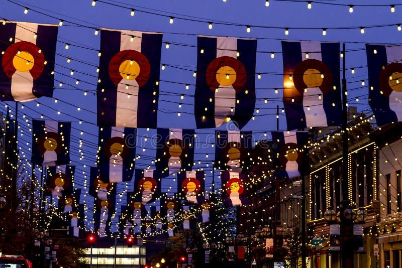 Drapeaux du Colorado sur la place Denver de Larimer images stock