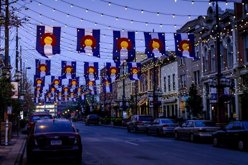 Drapeaux du Colorado sur la place Denver de Larimer photographie stock libre de droits