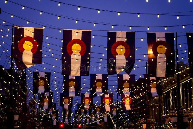Drapeaux du Colorado sur la place Denver de Larimer images libres de droits