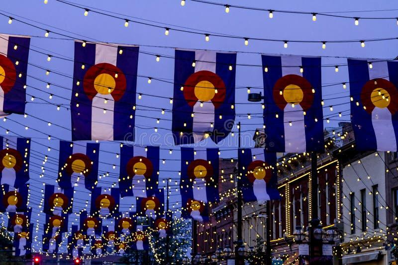 Drapeaux du Colorado sur la place Denver de Larimer photos libres de droits