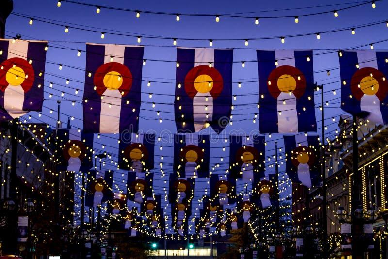 Drapeaux du Colorado sur la place Denver de Larimer image stock