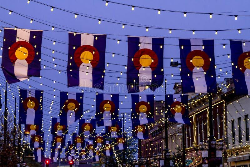 Drapeaux du Colorado sur la place Denver de Larimer photos stock