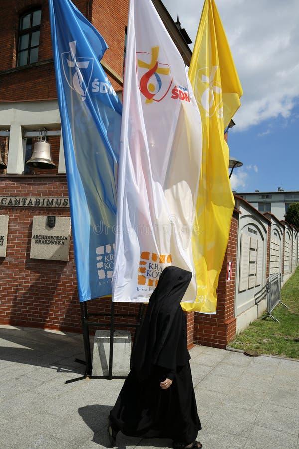Drapeaux du jour 2016 de la jeunesse du monde au centre du Pape Jean Paul II dans Lagiewniki image stock