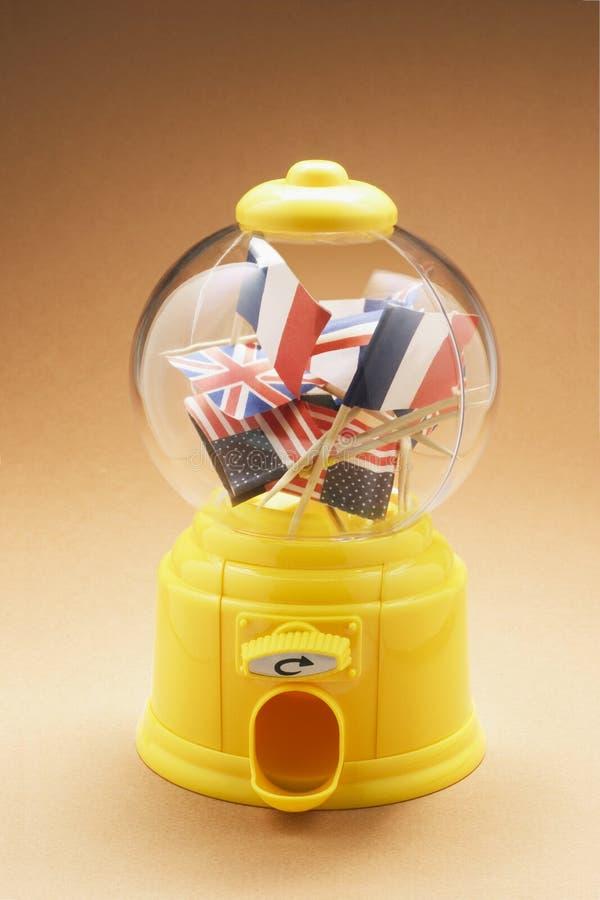 Drapeaux du monde dans la machine de Bubblegum image libre de droits