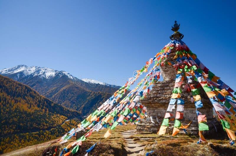 Drapeaux et montagne tibétains colorés de neige à la région scénique de Siguniang, Chine photo libre de droits