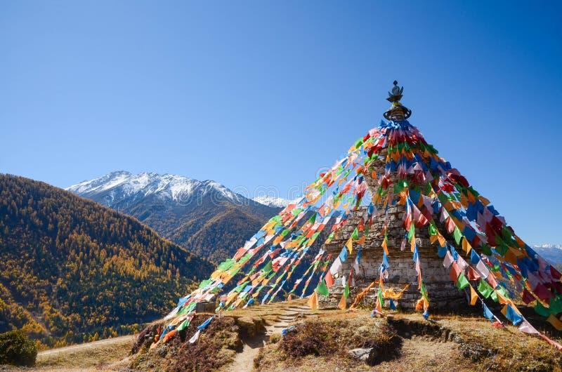 Drapeaux et montagne tib?tains color?s de neige ? la r?gion sc?nique de Siguniang en Chine photo stock