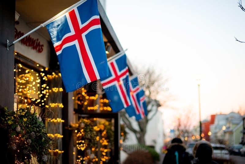 Drapeaux islandais dans les rues de Reykjavik image stock