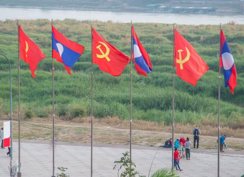 Drapeaux laotiens et communistes volant à Vientiane photographie stock