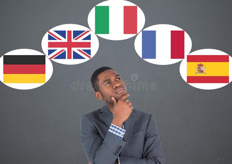 drapeaux principaux de langue autour de la pensée d'homme d'affaires Fond gris foncé images libres de droits