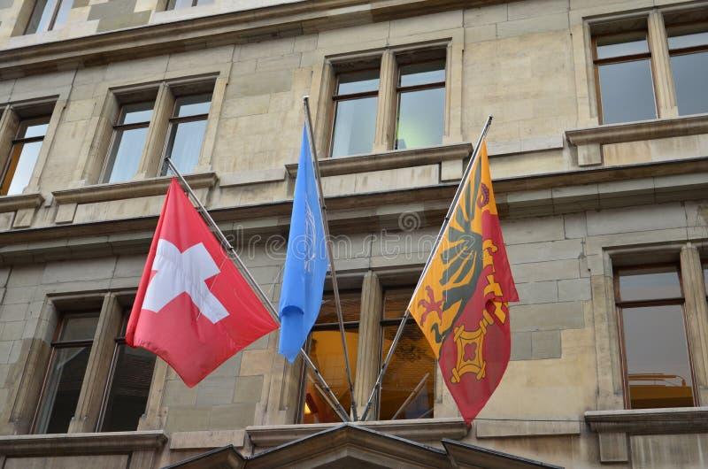 Drapeaux suisses de ressortissant et de ville sur la vieille fenêtre de maison photo stock