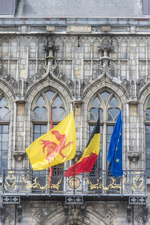drapeaux sur la fa ade d 39 h tel de ville mons belgique image stock image du landmark. Black Bedroom Furniture Sets. Home Design Ideas