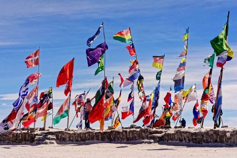 Drapeaux sur Salar de Uyuni photographie stock libre de droits