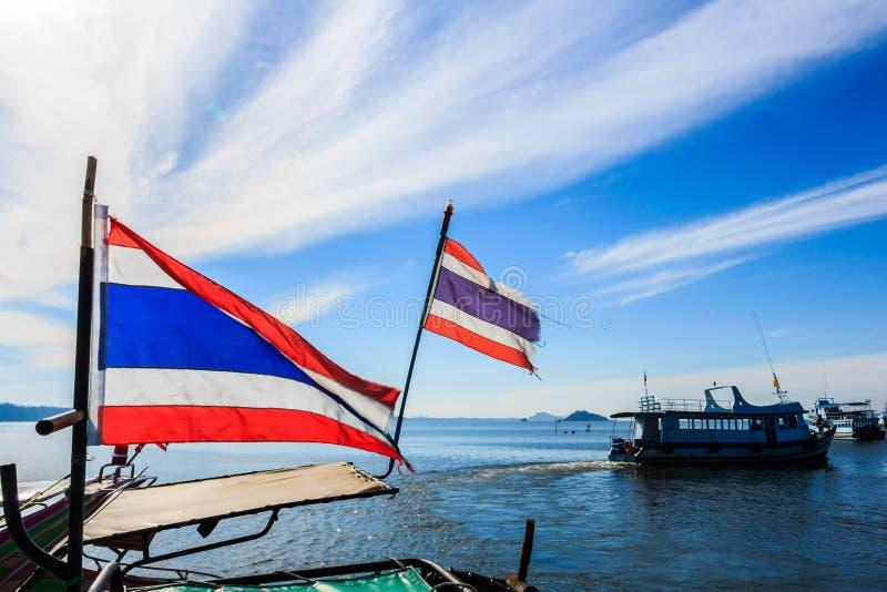 Drapeaux thaïlandais sur le bateau photos libres de droits