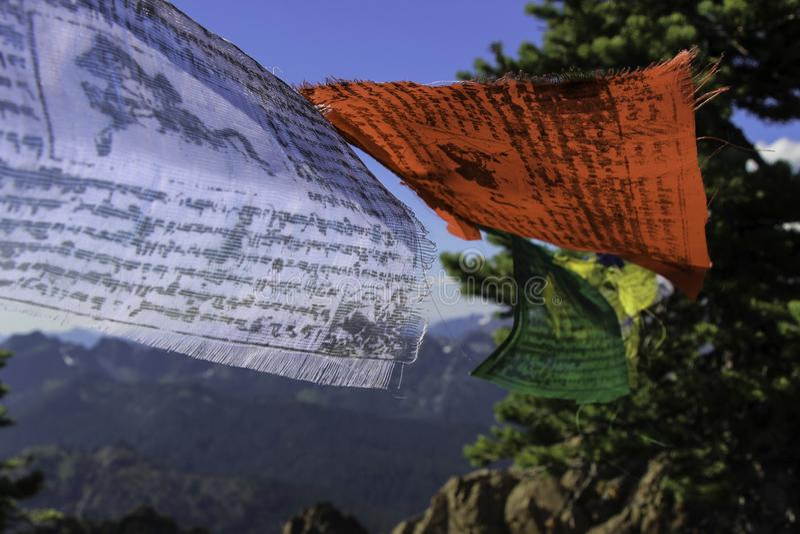 Drapeaux tibétains sur le vent de Collor de papier peint de montagne photo stock