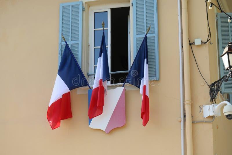 Drapeaux tricolores français sur hôtel de ville photographie stock libre de droits