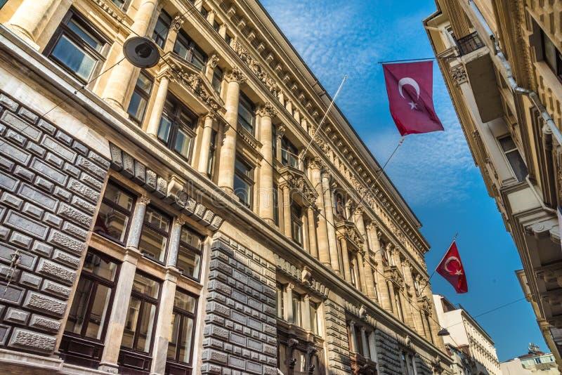 Drapeaux turcs accrochant et ondulant à Istanbul images stock
