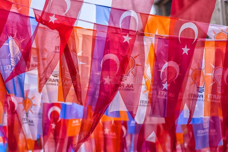 Drapeaux turcs sur la rue d'Istanbul photos stock