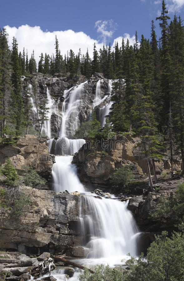 Draperende waterval in Canadese Rockies royalty-vrije stock foto