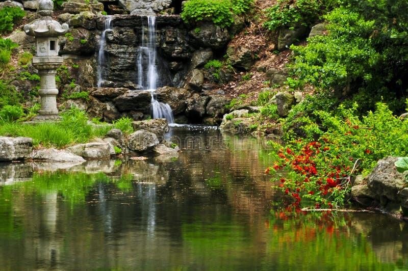 Draperende waterval en vijver royalty-vrije stock afbeelding