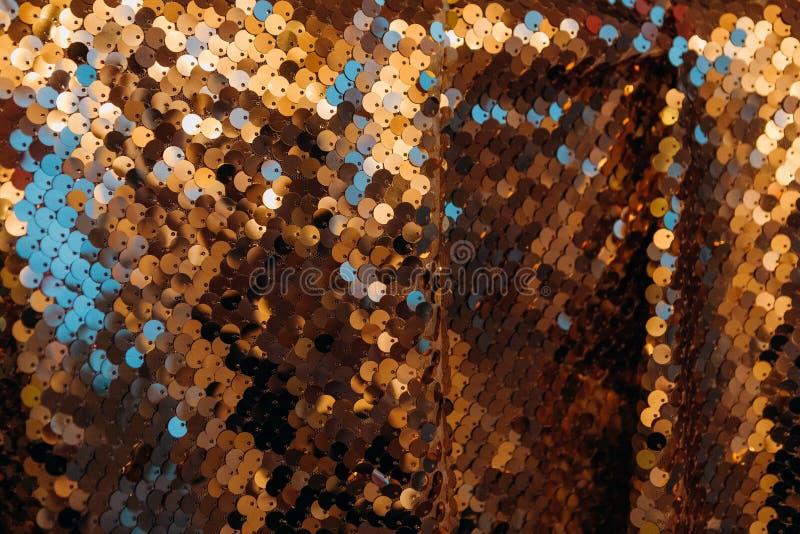 Drappi brillanti del fondo di scintillio del tessuto dello zecchino dell'oro fotografia stock libera da diritti