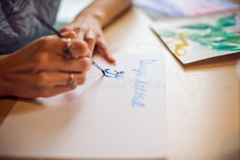 Drar borsten på de pappers- blåtten royaltyfri bild