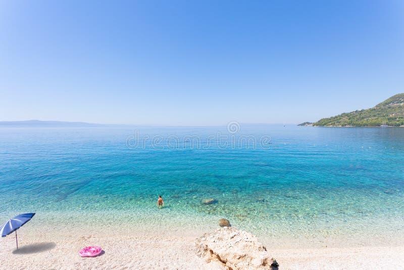 Drasnice,达尔马提亚,克罗地亚-放松在Drasnice美丽的海滩  免版税库存图片