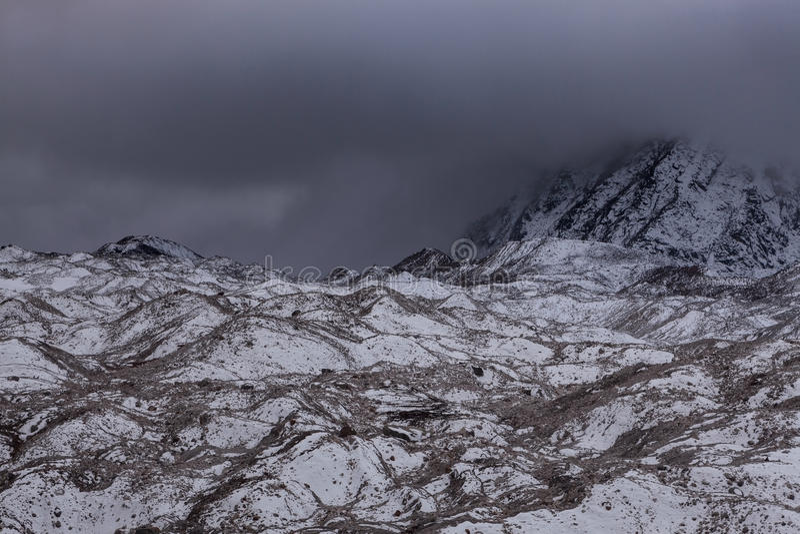 Drastische Ansicht über düsteren Ngozumpa-Gletscher herein lizenzfreie stockfotografie