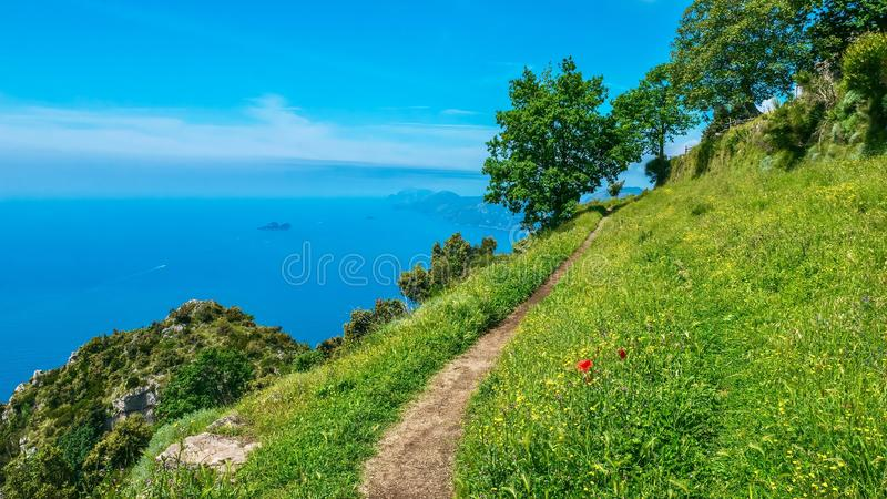 Drastische Ansicht der Italiener-Amalfi-Küste, gesehen vom Weg der Götter lizenzfreie stockfotos
