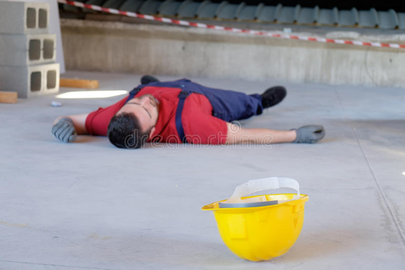 Drastische am Arbeitsplatz stattfindende Verletzung stockfoto