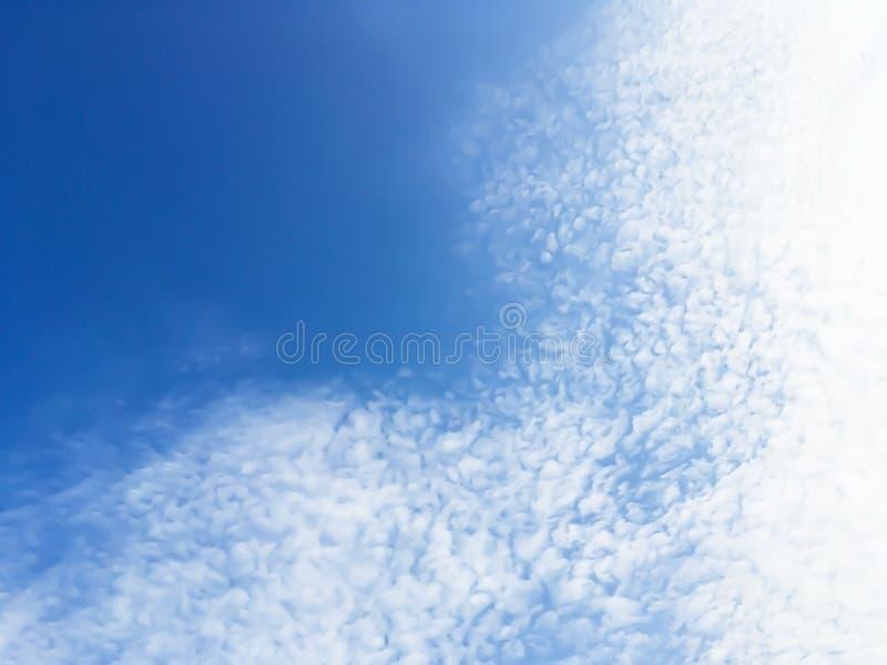 Drastische Atmosphärenpanoramaansicht des blauen Himmels und der Wolken der Fantasie lizenzfreies stockfoto