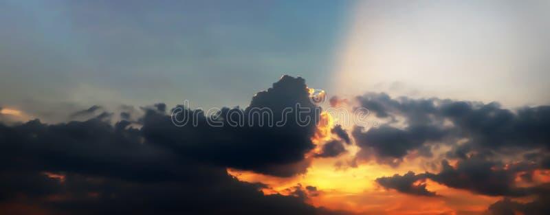Drastische Atmosphärenpanoramaansicht des Fantasiedämmerungshimmels stockfotografie
