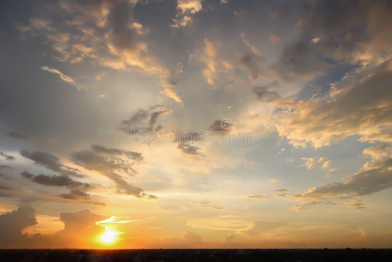 Drastische Atmosphärenpanoramaansicht des tropischen Dämmerungshimmels stockbilder