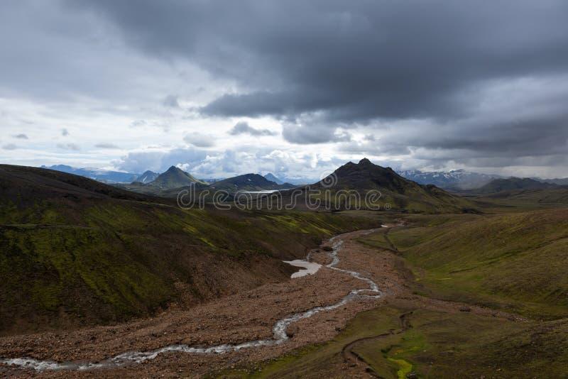 Drastische Island-Landschaft mit grünen Bergen lizenzfreie stockfotografie