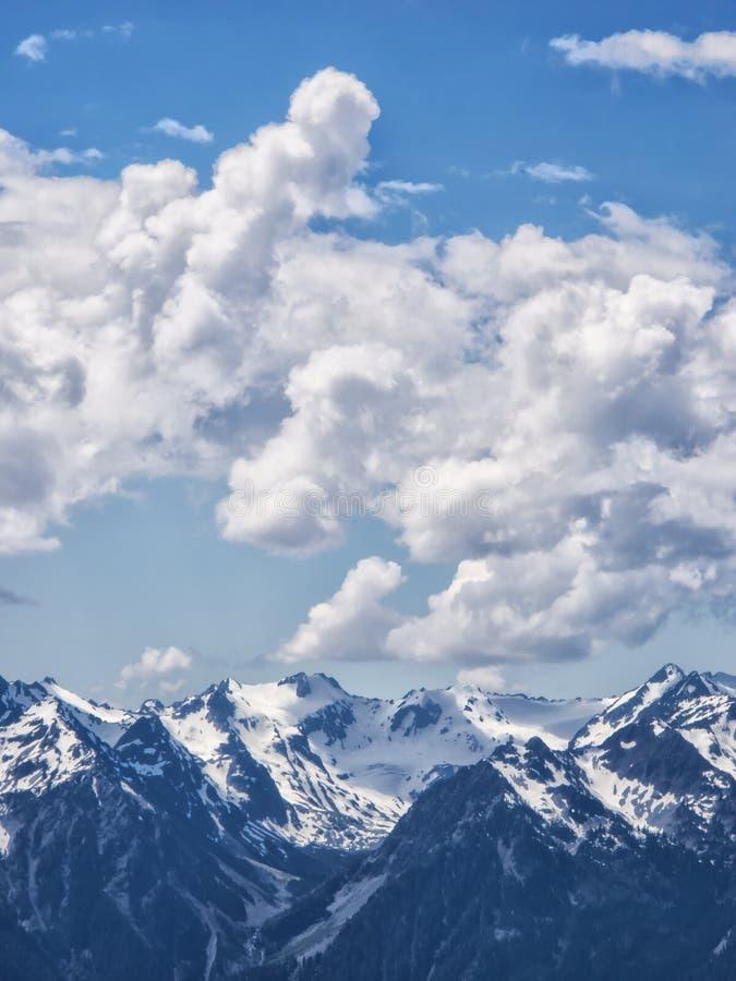 Drastische Kumuluswolken stockfotografie