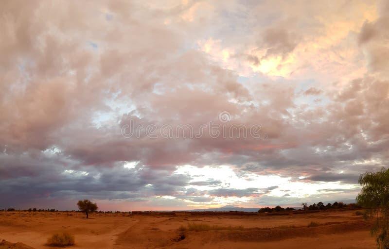 Drastische Landschaft der Atacama-Wüste bei Sonnenuntergang mit farbigen Wolken stockfotos