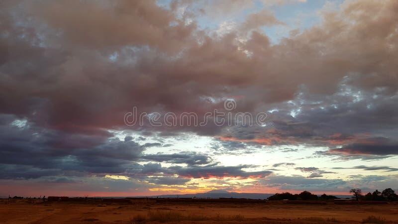 Drastische Landschaft der Atacama-Wüste bei Sonnenuntergang mit farbigen Wolken lizenzfreie stockbilder