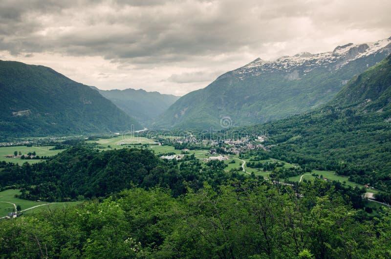 Drastische Landschaft von Bovec-Stadt in Soca-Tal, Slowenien, Europa stockbilder